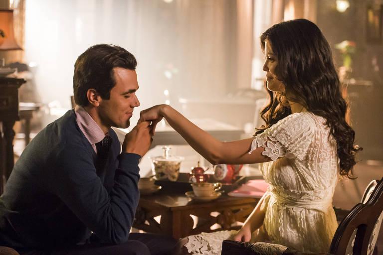 """Vicente beija a mão de Maria Vitória em """"Tempo de Amar"""""""
