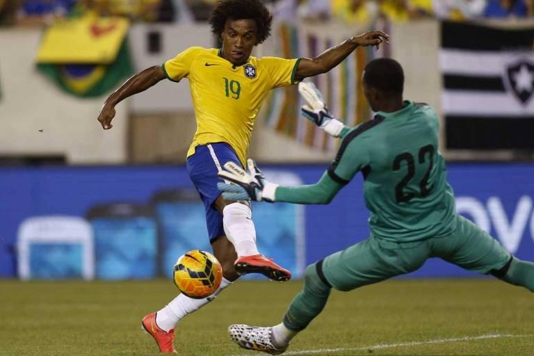 Willian toca na saída do goleiro para marcar na vitória do Brasil sobre o Equador