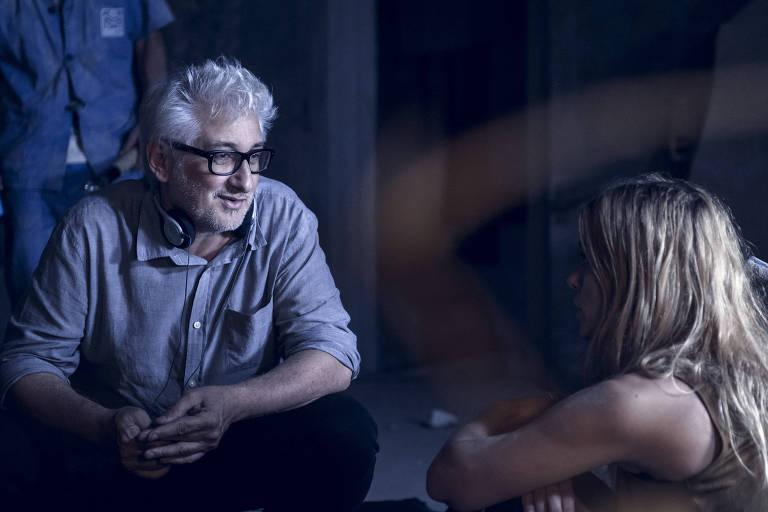 """O diretor Luciano Moura conversa com Carolina Dieckmann durante gravação da série """"Treze Dias Longe do Sol"""", da Globo"""