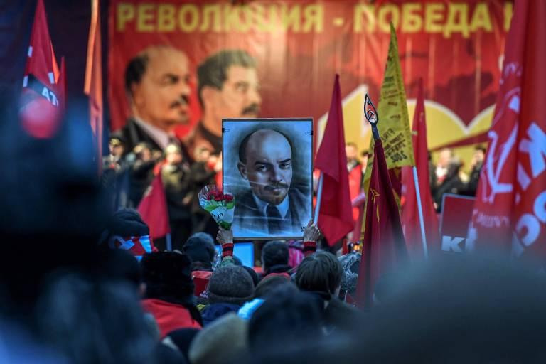 Marcha comemora os 100 anos da Revolução Russa no centro de Moscou