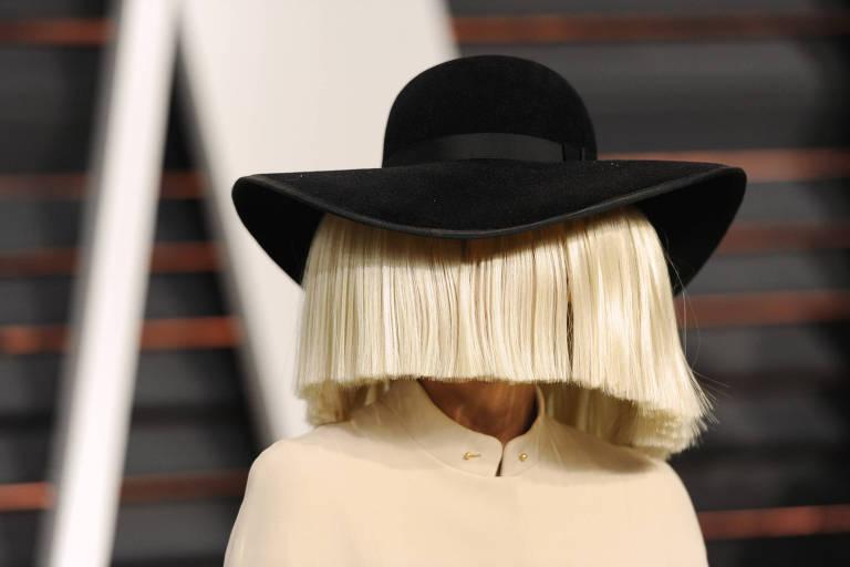 A cantora Sia na Vanity Fair Oscar Party, nos EUA, em 2015