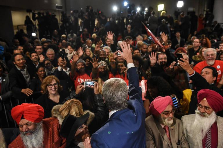 Após a vitória, Bill de Blasio (de costas) comemora a reeleição com aliados em Nova York