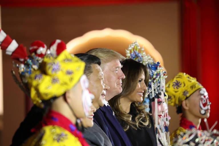 Donald Trump, Melania Trump, Xi Jinping e Peng Liyuan assistem a apresentação de ópera em Pequim