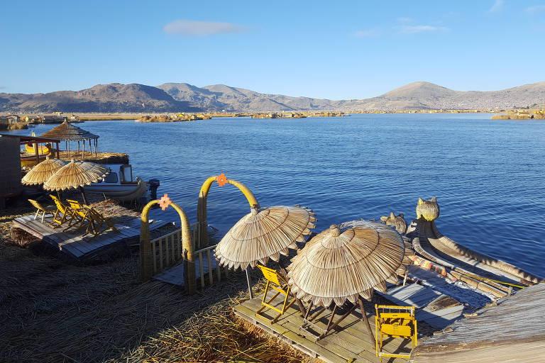 Vista da ilha Uros Aruma Uro, uma das muitas que flutuam do lado peruano no lago Titicaca, com o junco (totora), os uros fazem casas, barcos, artesanatos, remédios e até alimentos