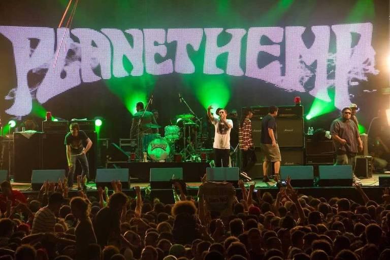 A banda Planet Hemp se apresenta durante um show