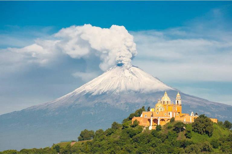 Igreja em Cholula, no México, com o vulcão Popocatépetl ao fundo