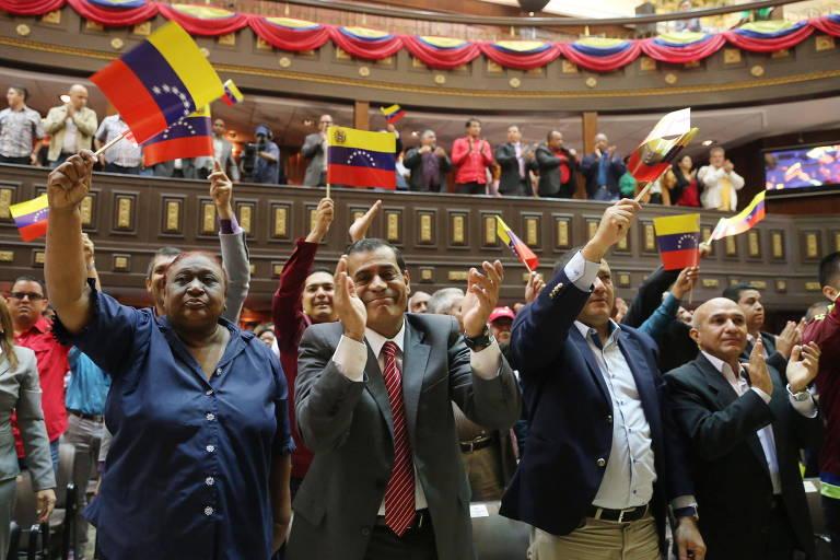Membros da Constituinte comemoram com bandeiras da Venezuela a aprovação da lei contra o ódio