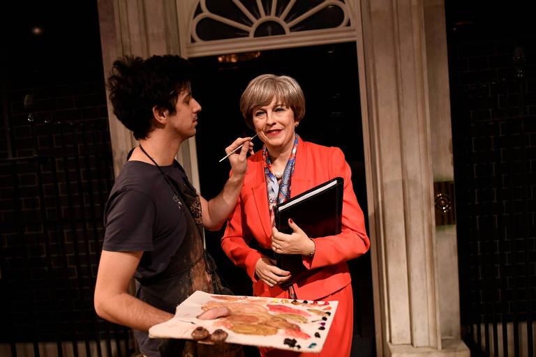 Funcionário do museu Madame Tussauds, de Londres, retoca estátua da primeira-ministra Theresa May