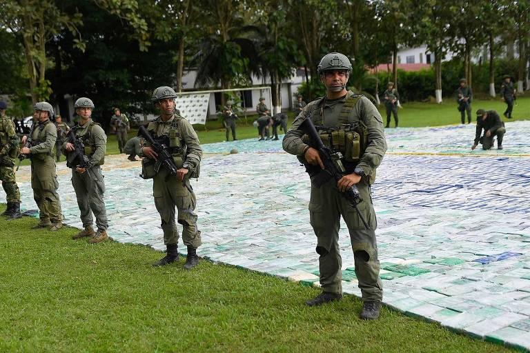 Policiais vigiam as 12 toneladas de coca�na apreendidas em Apartad�, departamento (Estado) de Antioquia, na Col�mbia