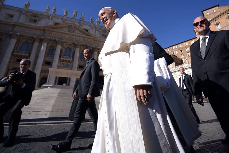 O papa Francisco chega para a audiência geral na praça São Pedro, no Vaticano