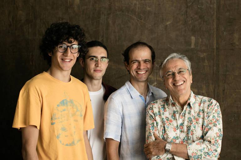 Ícone daÍcone da música brasileira, Caetano Veloso faz show ao lado de seus filhos: da esq. para dir., Tom, Zeca e Moreno