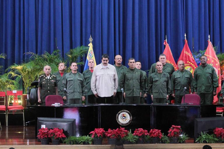O presidente da Venezuela, Nicol�s Maduro, e o ministro da Defesa, Vladimir Padrino (centro), participam de ato com a For�a Armada Nacional Bolivariana no Forte Tiuna, em Caracas
