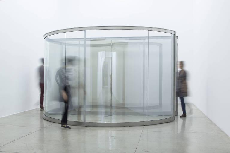 Instalação de Dan Graham exposta na Nara Roesler