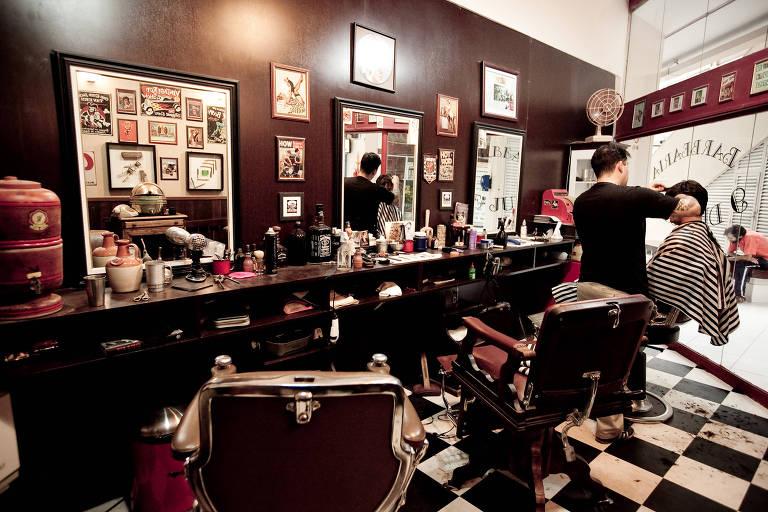 Barbearia Nove de Julho faz cortes estilizados e tem decoração dos anos 50