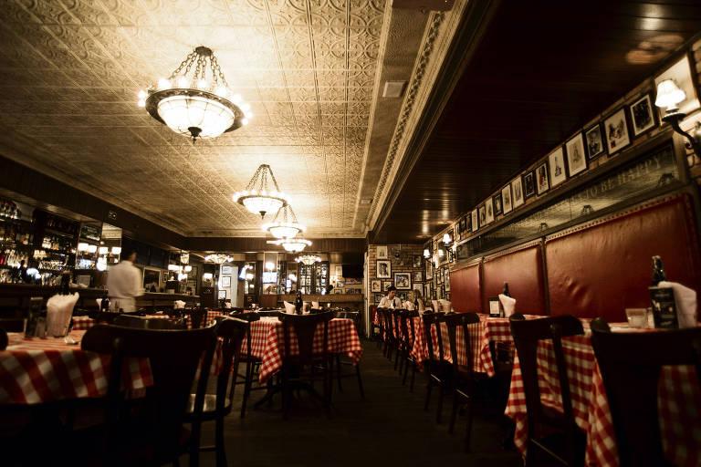 Salão do restaurante P. J. Clarke's no Itaim