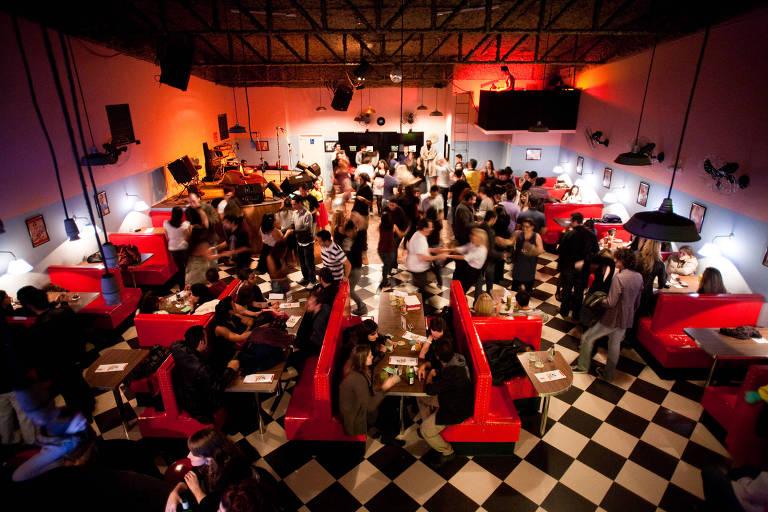 """The Clock Rock Bar vai promover o Baile do Encanto Submarino, do filme """"De Volta para o Futuro"""""""
