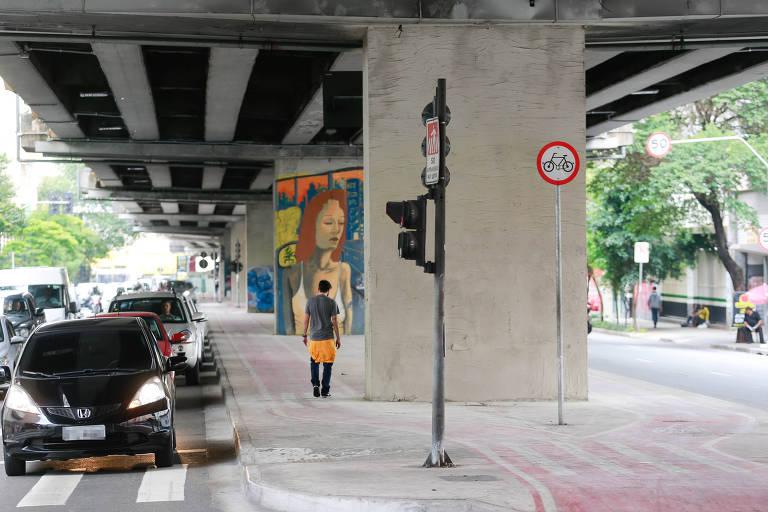 Sao Paulo 09/11/2017 A Prefeitura de S?o Paulo retirou grafites e pintou as pilastras que ficam embaixo do elevado Presidente Jo?o Goulart, mais conhecido como Minhoc?o, no centro, nesta madrugada. os grafites que estavam em bom estado foram mantidos. ( Robson Ventura / Folhapress) ORG XMIT: AGEN1711091832921823