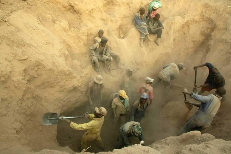 Mineiros escavam terreno em busca de diamantes no campo de Marange, no Zimb�bue