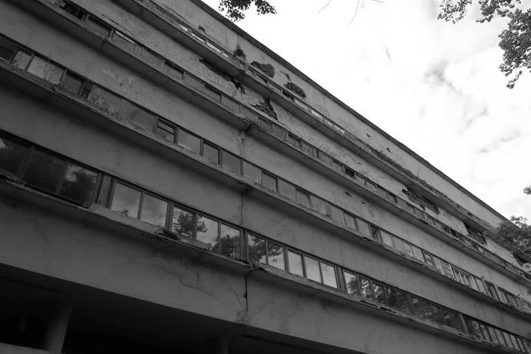 Fachada lateral do edifício Narkomfin (1928-30), ícone da arquitetura construtivista, em deterioração no centro de Moscou