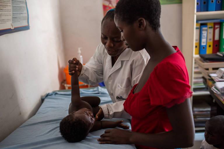Mãe com vírus HIV leva bebê, que também tem Aids, ao hospital Heal Africa em Goma, no leste da República Democrática do Congo