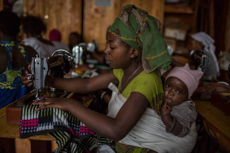 Mulher congolesa soropositiva faz curso de corte e costura no hospital Heal Africa, em Goma