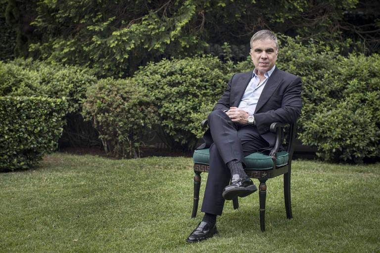 O empresário Flavio Rocha, proprietário da Riachuelo, no jardim de sua casa em São Paulo