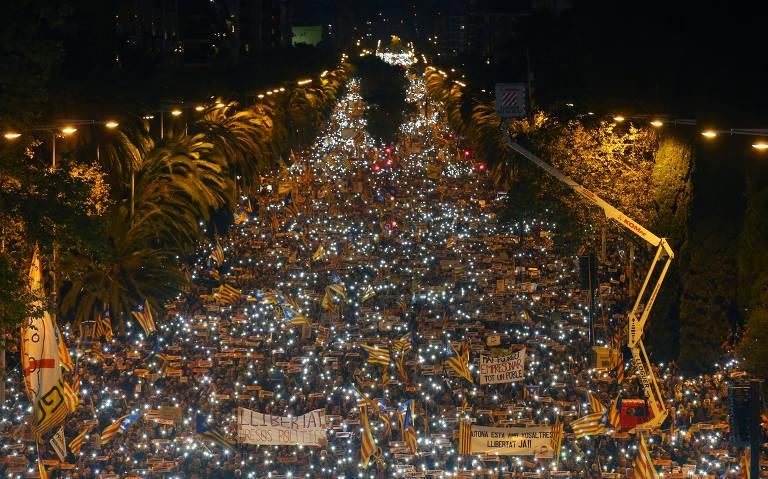 Manifestação por libertação de separatistas em Barcelona