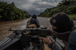 Guardas durante patrulha no Lago Itaipu