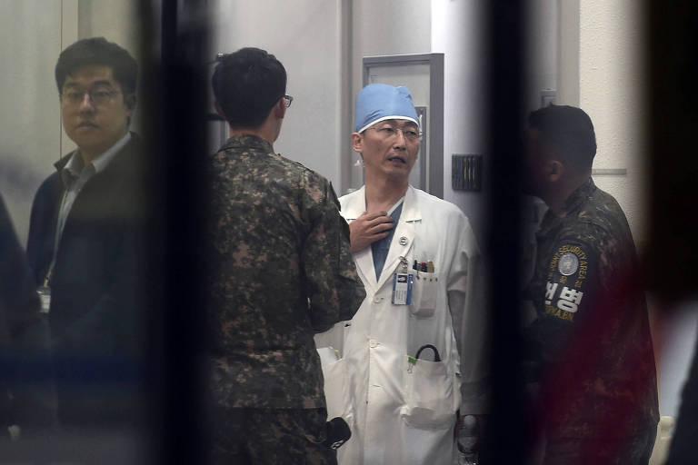 Militares sul-coreanos conversam com m�dico que tratam desertor em hospital em Suwon (Coreia do Sul)