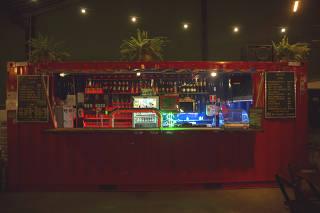 Bar Goela tem clima de praça e serve bebidas e lanches em contêiner