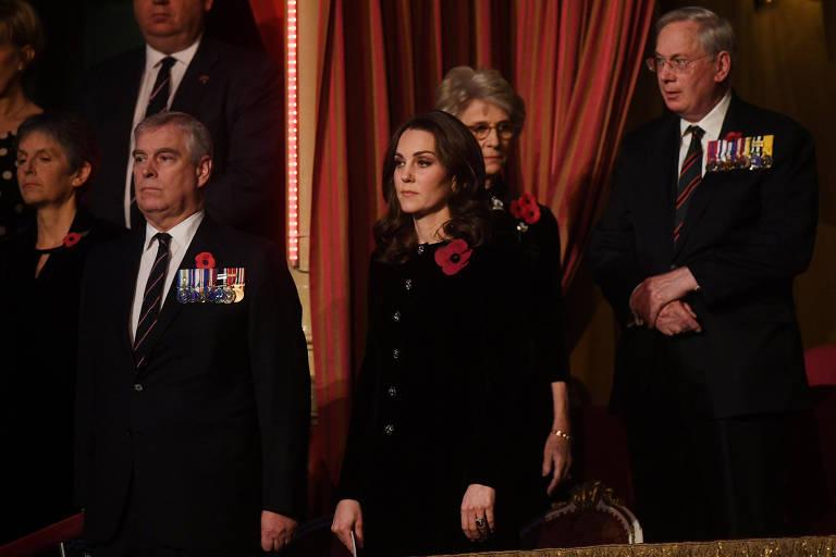 De cabelos curtos e look sóbrio, Kate Middleton homenageia vítimas das guerras mundiais