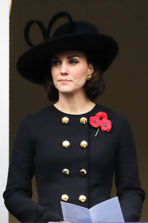 Kate Middleton homenageia vítimas das guerras mundiais