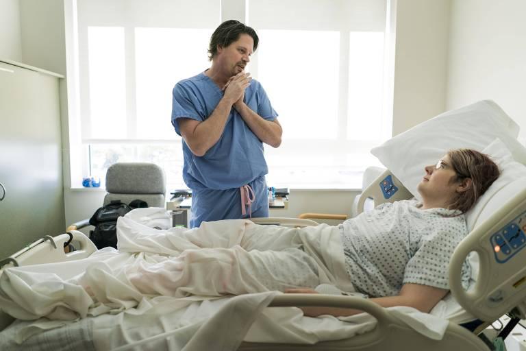 O cirurgião Geoff Stiller visita Sarah Bergman, que se submeteu a uma vaginoplastia em Idaho