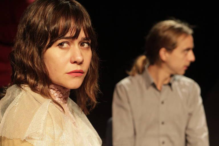 Alessandra Negrini e Rodrigo de Castro em cena da peça 'A Volta ao Lar'