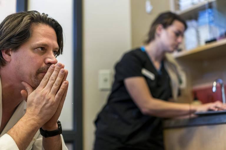 O médico Geoff Stiller descansa após cirurgia em um hospital de Moscow, no Estado americano de Idaho