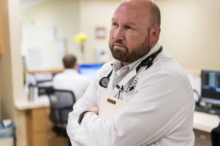 O cirurgião Rod Story escreveu carta contra ideia de Stiller de operar transgêneros em Pullman