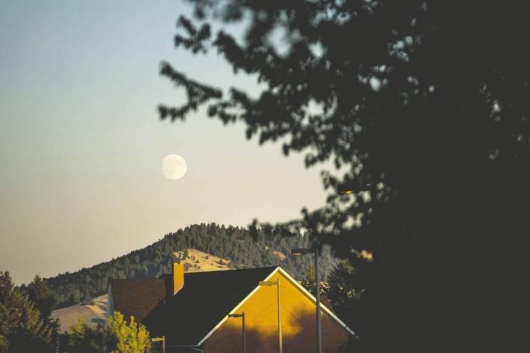 Lua sobe no céu nas casas próximas à Universidade de Idaho, em Moscow