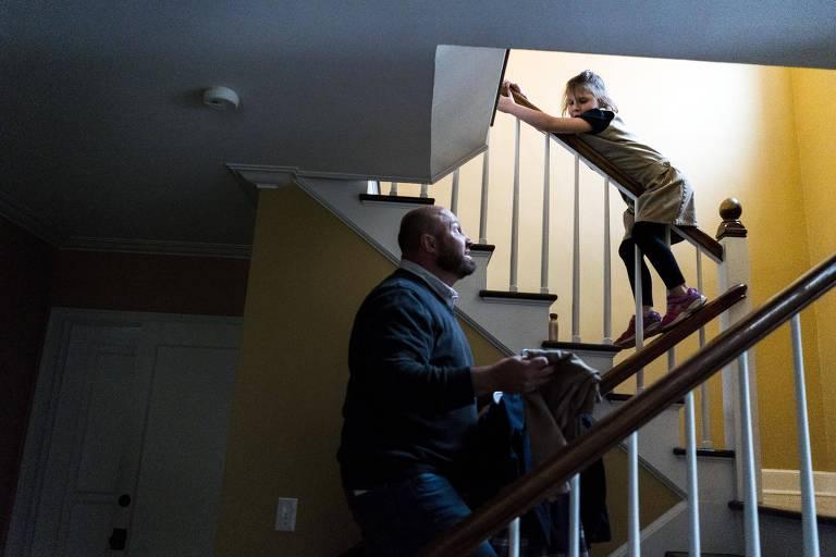 O médico Rod Story brinca com sua filha, Lucy, 7, na casa da família em Moscow, no Estado americano de Idaho