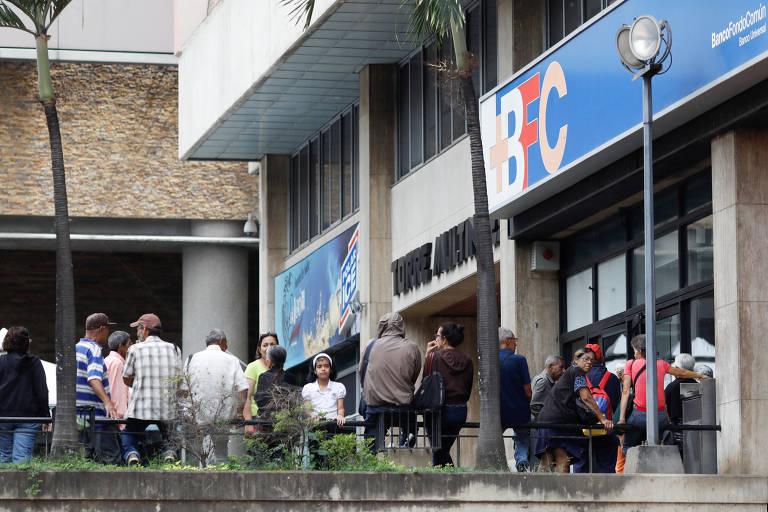 Moradores de Caracas fazem filas para sacar dinheiro em banco; Venezuela pode entrar em default
