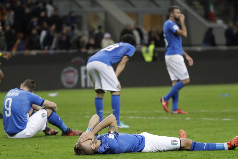 Jogadores da Itália caem no gramado do San Siro após a eliminação na repescagem para a Copa