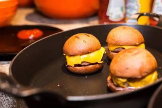 Bar no Tatuapépromoveopen de hambúrgueres de carne bovina e vegetariano neste feriado