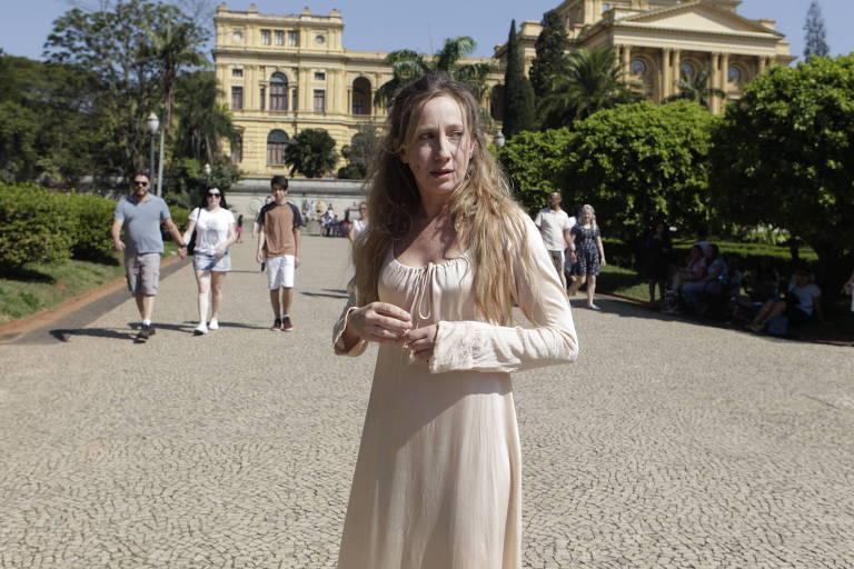 A atriz Fabiana Gugli, que interpreta Leopoldina, no Museu do Ipiranga