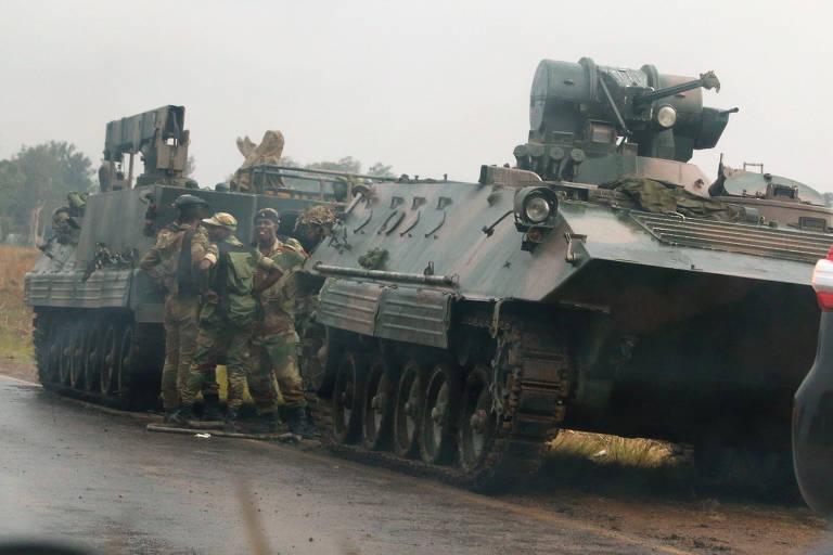 Grupo de militares faz patrulha em um blindado nos arredores de Harare, no Zimb�bue