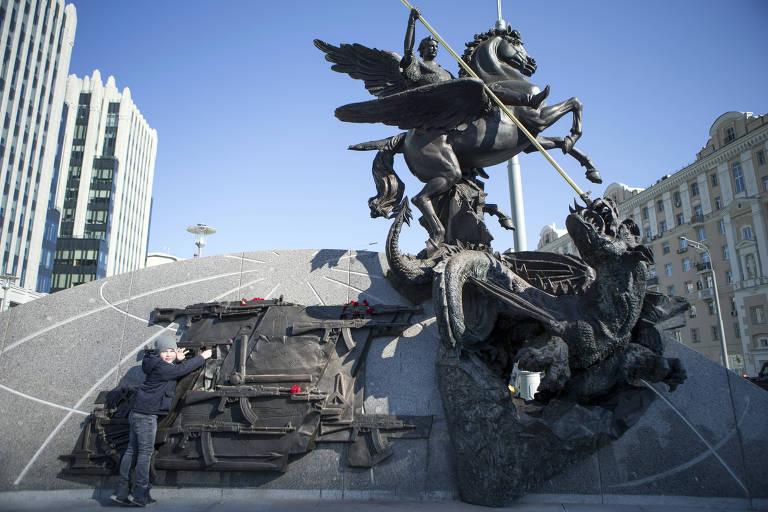 Monumento em homenagem a Kalashnikov ainda ostentando arma alemã colocada por engano