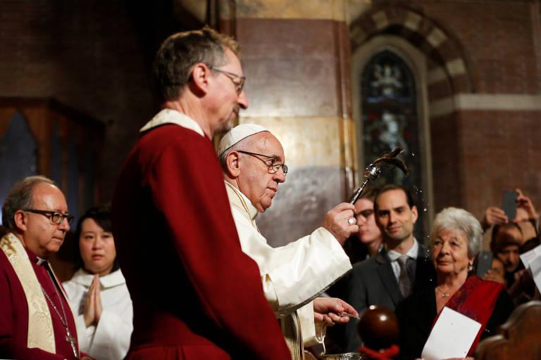 Líderes da Igreja Anglicana recebem o papa Francisco na Igreja de Todos os Santos, em Roma