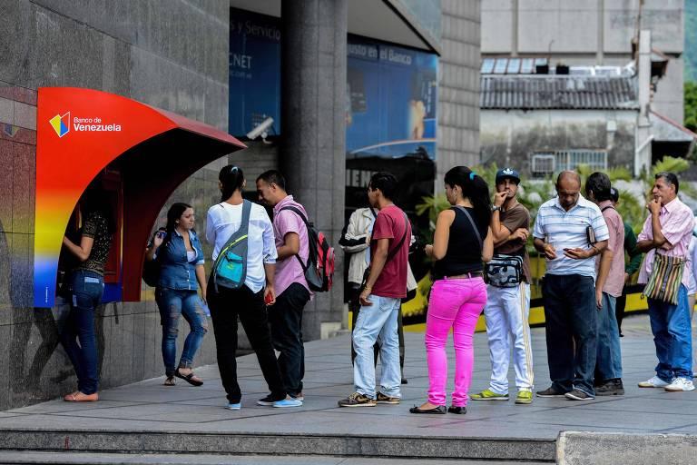 Moradores de Caracas fazem fila para sacar dinheiro em caixas eletrônicos do Banco da Venezuela
