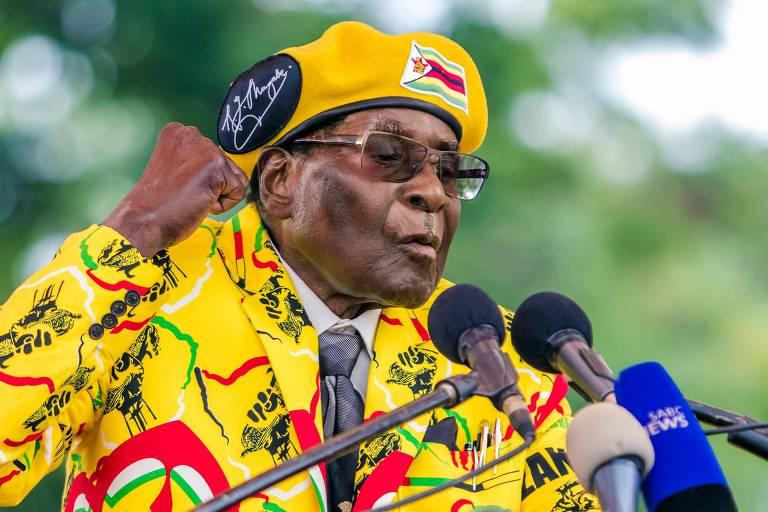 O ditador do Zimb�bue, Robert Mugabe, discursa a membros de seu partido em Harare, no dia 8