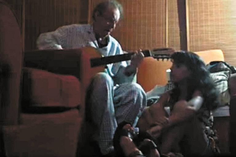 Reprodu��o de v�deo no qual Jo�o Gilberto toca viol�o para sua filha Luisa