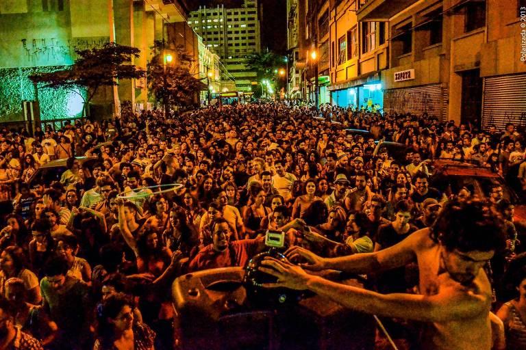 A versão gratuita da festa de brasilidades dançantes Santo Forte ocupa o  vale do Anhangabaú