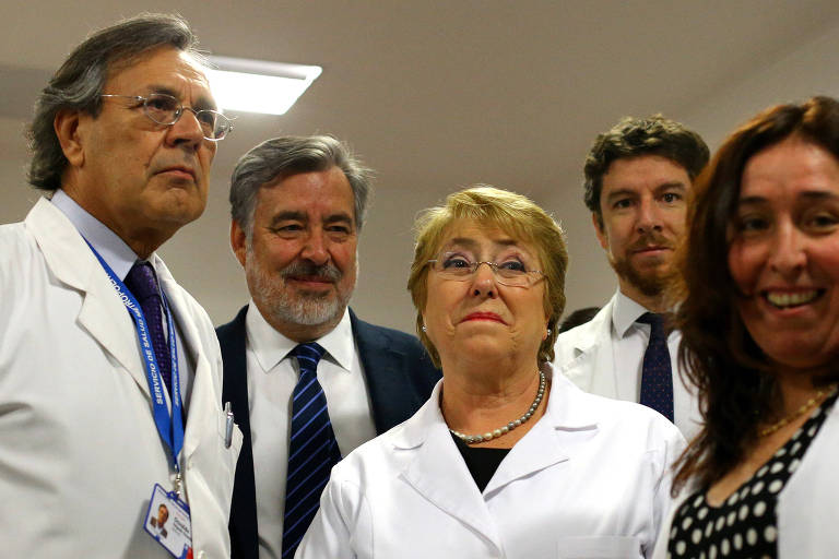 A presidente Michelle Bachelet e o candidato governista Alejandro Guillier visitam hospital em Santiago